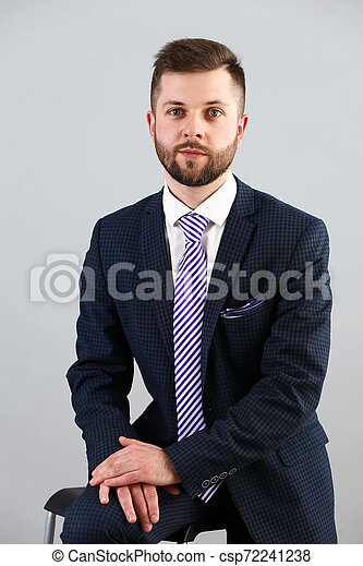 Joven apuesto hombre de negocios con traje y corbata - csp72241238