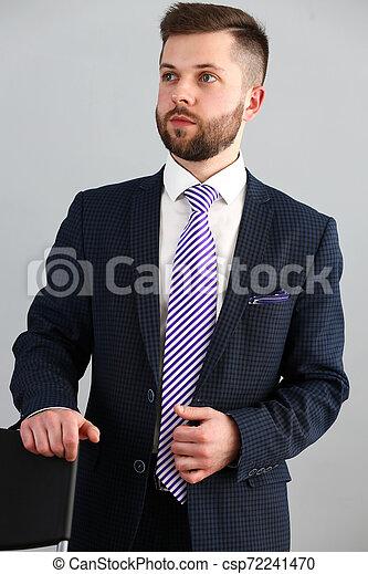 Joven apuesto hombre de negocios con traje y corbata - csp72241470
