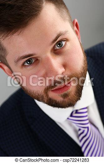 Joven apuesto hombre de negocios con traje y corbata - csp72241283
