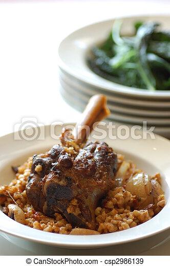 Carne de cordero con cebada de perla y verduras marchitas - csp2986139