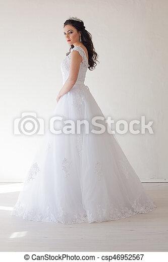 Princesa Con Una Corona Vestida De Blanco La Novia Morena