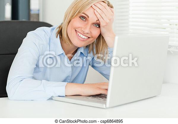 Mujer de negocios rubia tocando su frente - csp6864895