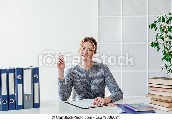 corporación mercantil de mujer, entrenamiento, trabajando, libros, escritorio, oficina - csp79806024