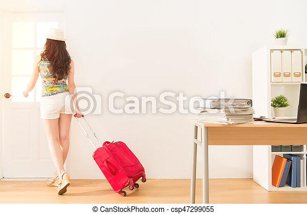 Mujer de negocios sosteniendo la maleta escapar - csp47299055