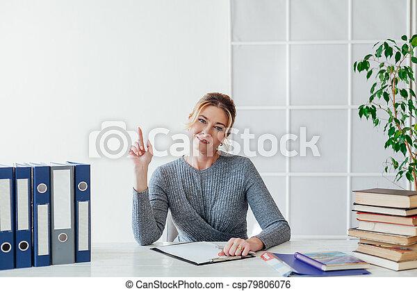 corporación mercantil de mujer, entrenamiento, trabajando, libros, escritorio, oficina - csp79806076