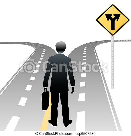 La persona de negocios toma las direcciones del camino - csp6507830