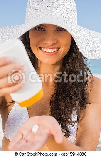 corporal, morena, dela, sol, levando, jovem, pôr, sorrindo, cuidado, praia, creme - csp15914080