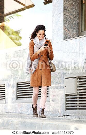 new authentic catch huge discount corps, cellphone, marche, entiers, manteau, jeune femme, sourire