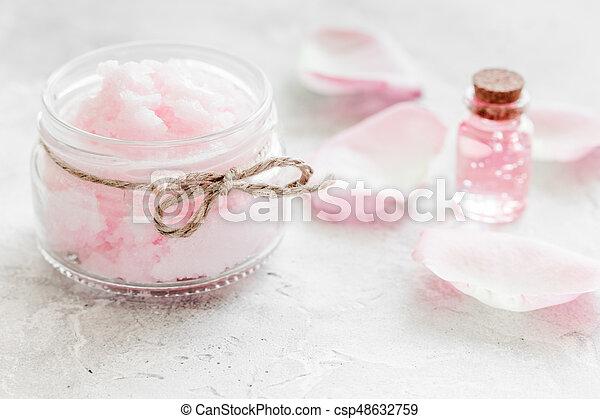 Corps ensemble fleur rose cosmétique fond bureau blanc