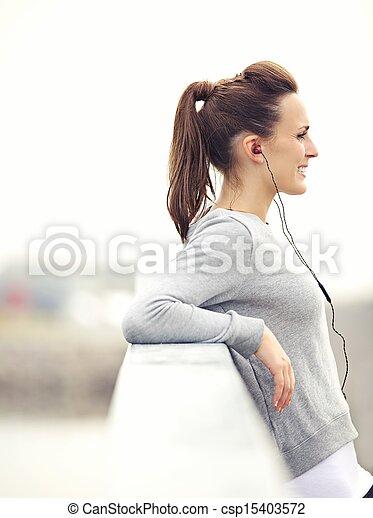 Una atractiva corredora relajada - csp15403572