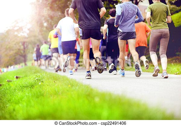 Corredores de maratón no identificados corriendo - csp22491406