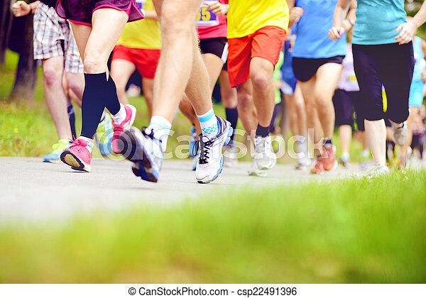Corredores de maratón no identificados corriendo - csp22491396