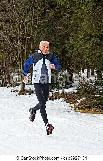 El último en la carrera en invierno - csp3927154