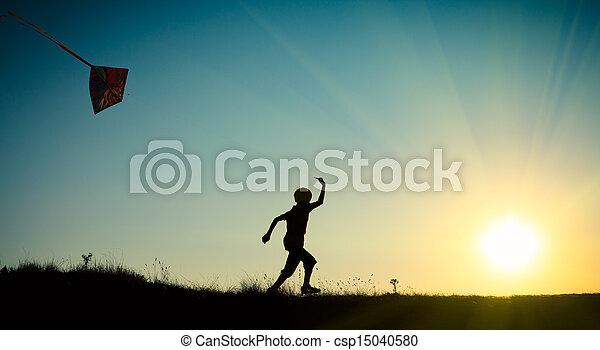 Niño corriendo con una cometa - csp15040580