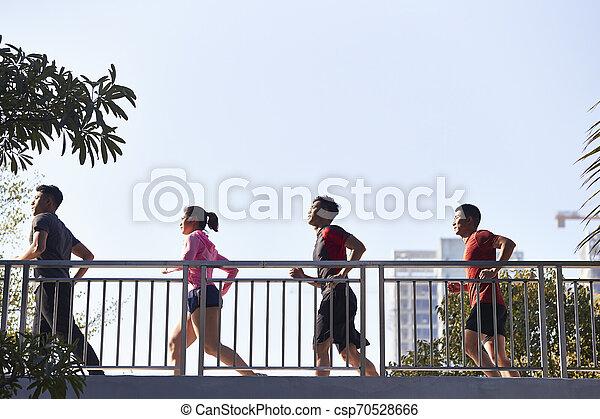 Jóvenes adultos asiáticos corriendo por la mañana - csp70528666
