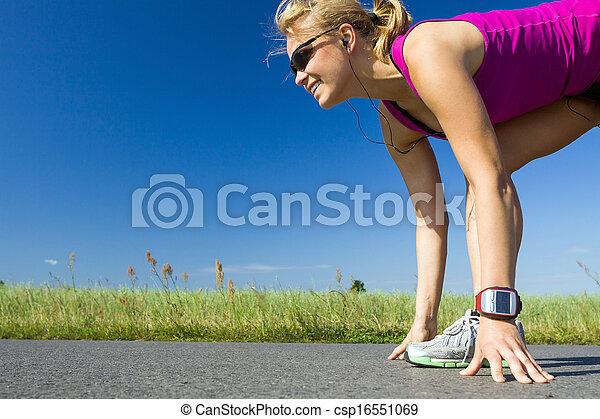 Una mujer que corre - csp16551069