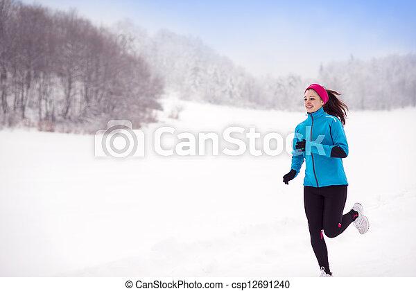 Mujer corredora de invierno - csp12691240