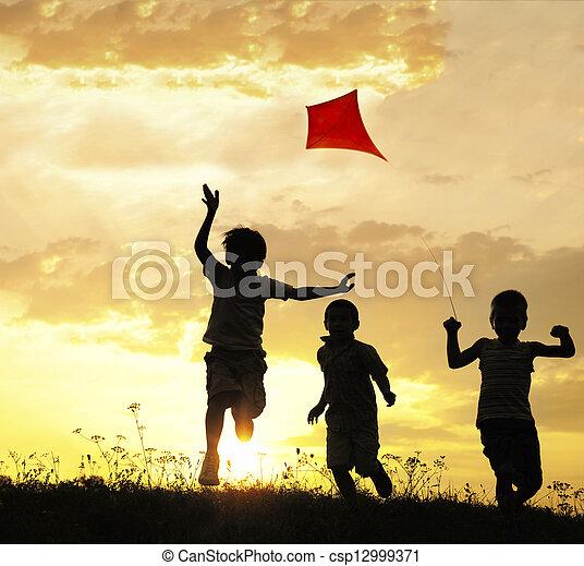 Niños corriendo con cometa - csp12999371
