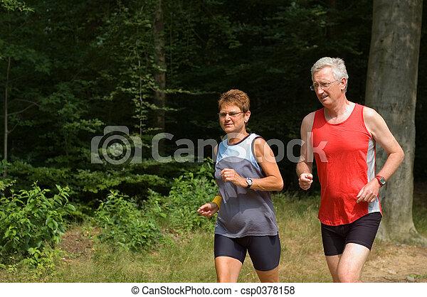 Una pareja de ancianos corriendo - csp0378158