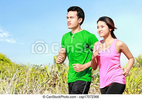 Una pareja joven corriendo juntos - csp17072366