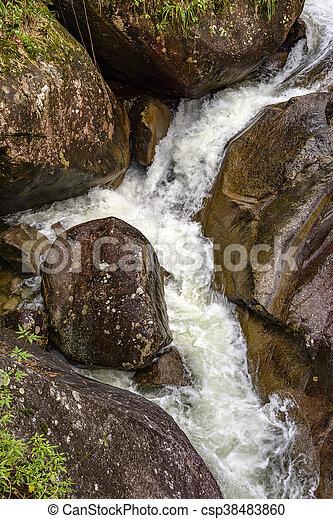 Estremecimiento entre las rocas - csp38483860