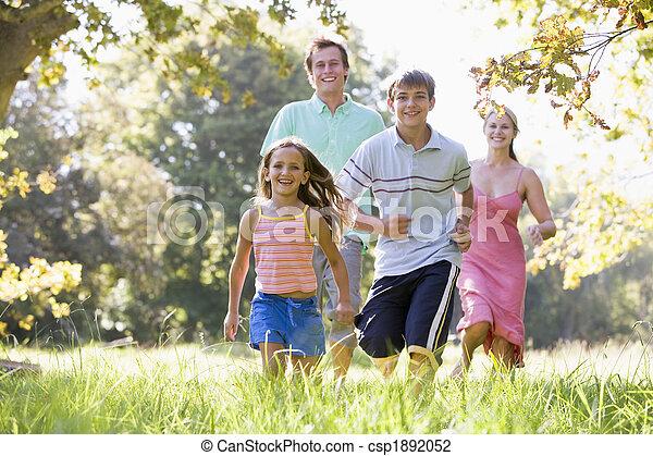 La familia sale al aire libre sonriendo - csp1892052