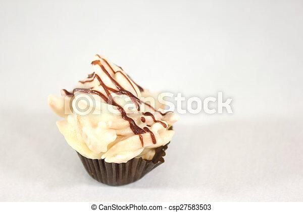 Plalina de chocolate mezclada con almendras picadas. - csp27583503