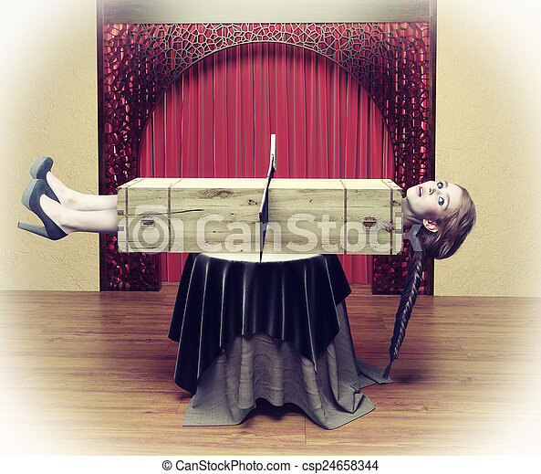 Un mago cortando a una mujer - csp24658344