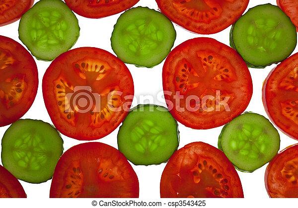 Tomates cortados y pepinos atrás - csp3543425