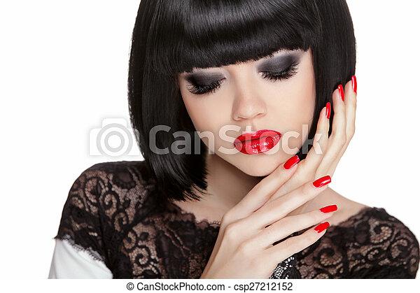 Maquillaje. Manicura. Pelo corto negro Bob. Morena - csp27212152