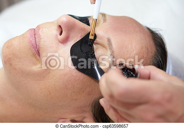 cosmetician coloring eyelashes
