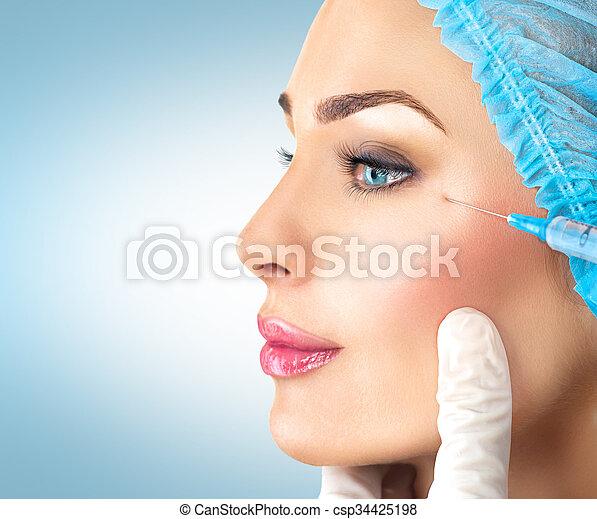 La mujer bella recibe inyecciones faciales. Cosmetología - csp34425198