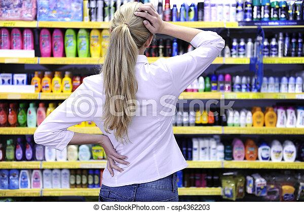 Comprar disfraces en el supermercado escogiendo un producto - csp4362203