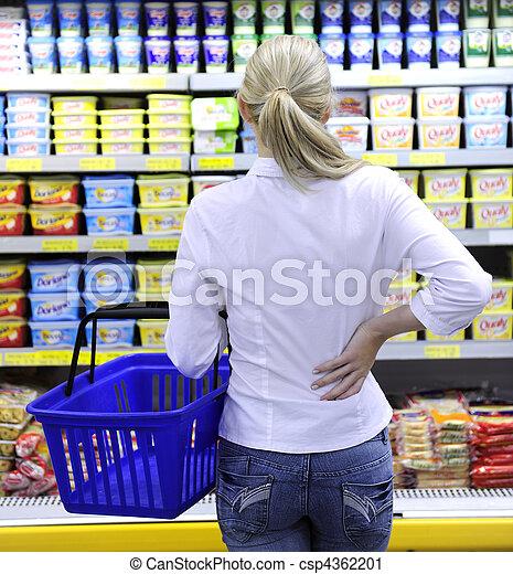 Comprar disfraces en el supermercado escogiendo un producto - csp4362201
