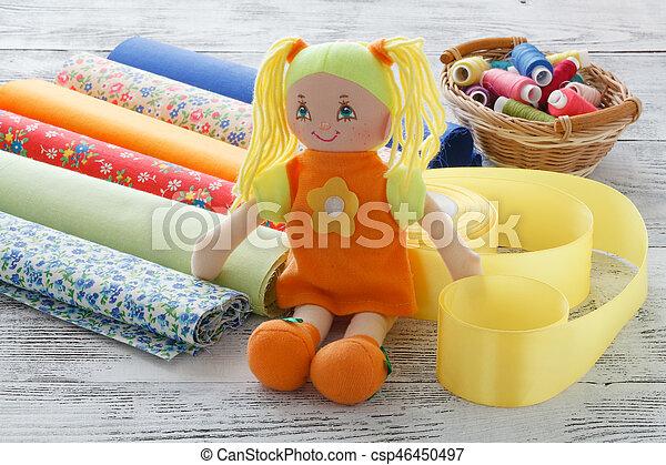 Cosiendo accesorios, lugar de trabajo de costurera, muchos objetos para costura y artesanía - csp46450497