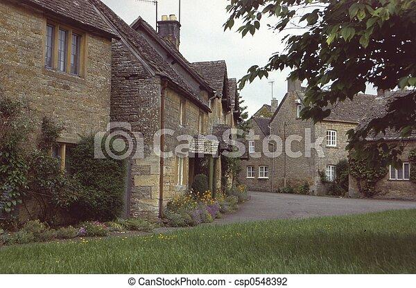 Cotswolds aldea - csp0548392