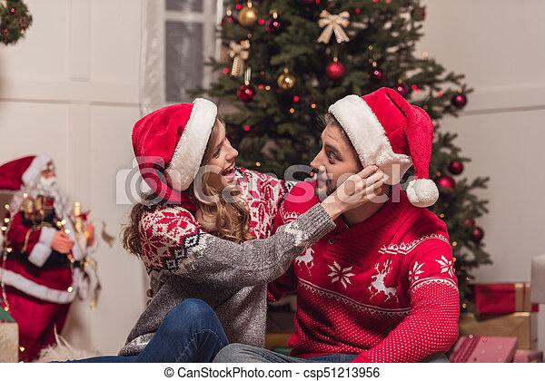 couple, chapeaux, santa, heureux - csp51213956