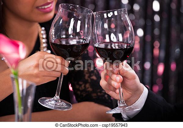 couple, grillage, verres vin, restaurant - csp19557943