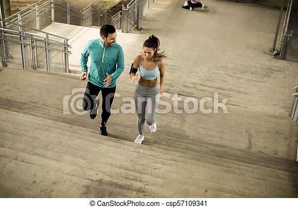 couple, haut, jeune, courant, escalier - csp57109341