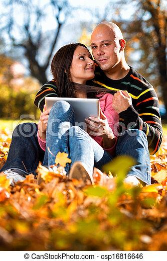 couple, heureux, caucasien, tablette, numérique - csp16816646