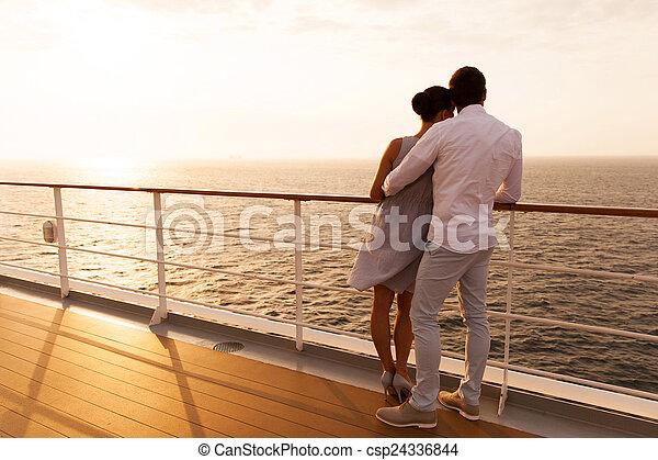 couple, jeune, étreindre, coucher soleil, bateau croisière - csp24336844