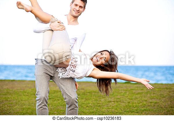 couple, jeune regarder, amusement, plage, avoir, heureux - csp10236183