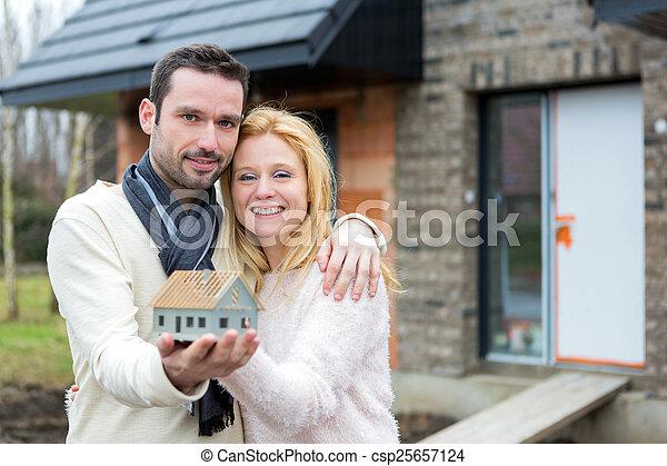 couple, maison, heureux, jeune, maniement, miniature - csp25657124