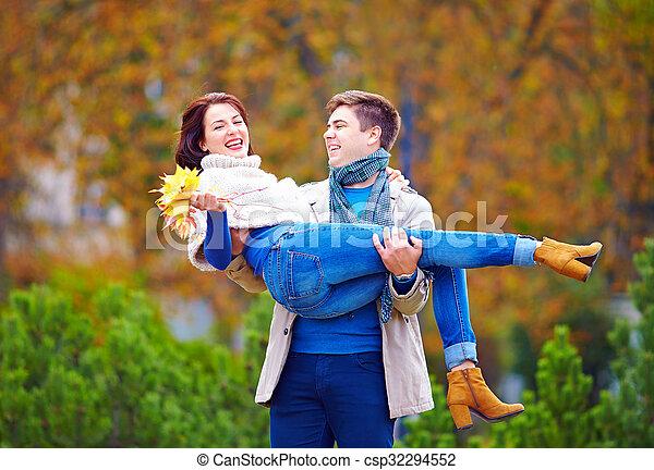 couple, parc, automne, amusement, avoir, heureux - csp32294552