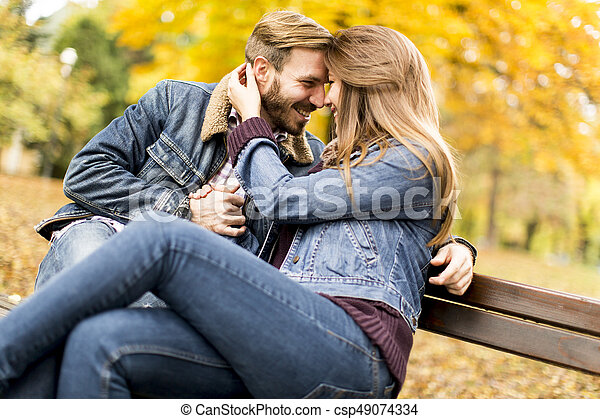 couple, parc, jeune, banc, automne, aimer - csp49074334