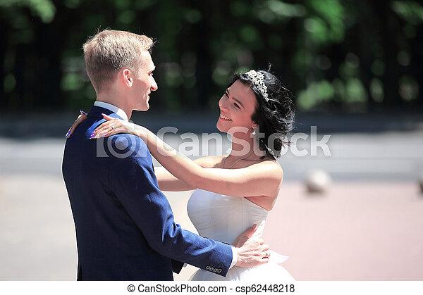 couple, parc, portrait, nouveau marié, toile de fond, heureux - csp62448218