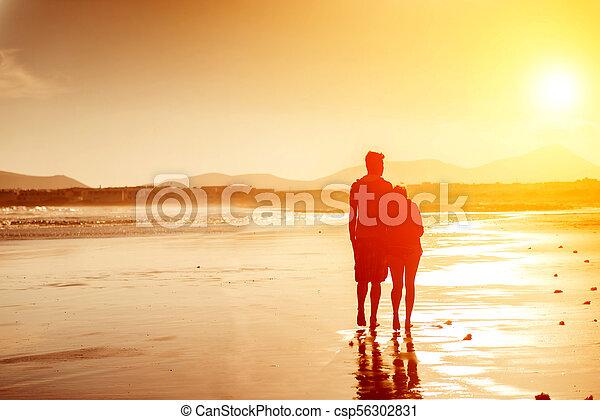couple, plage, silhouettes - csp56302831