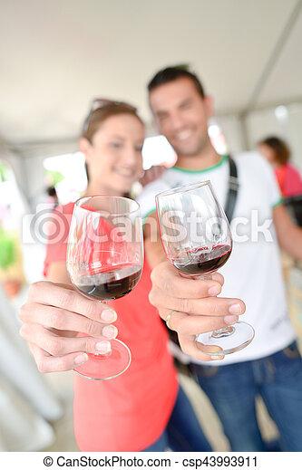 couple, vin, haut, tenir verres