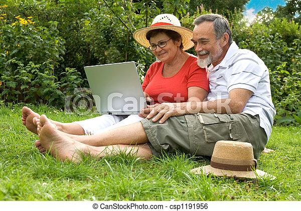 couples aînés, jardin - csp1191956