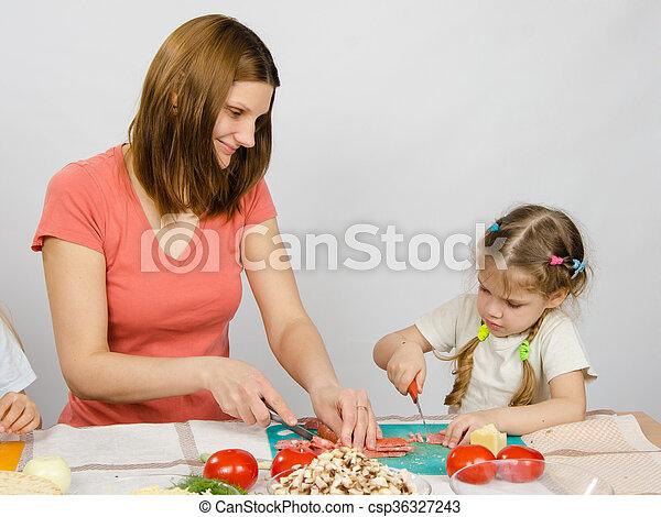 coupure, fille, maman, cuisine, produits, six-year, table, enseigne, couteau, cuisine - csp36327243